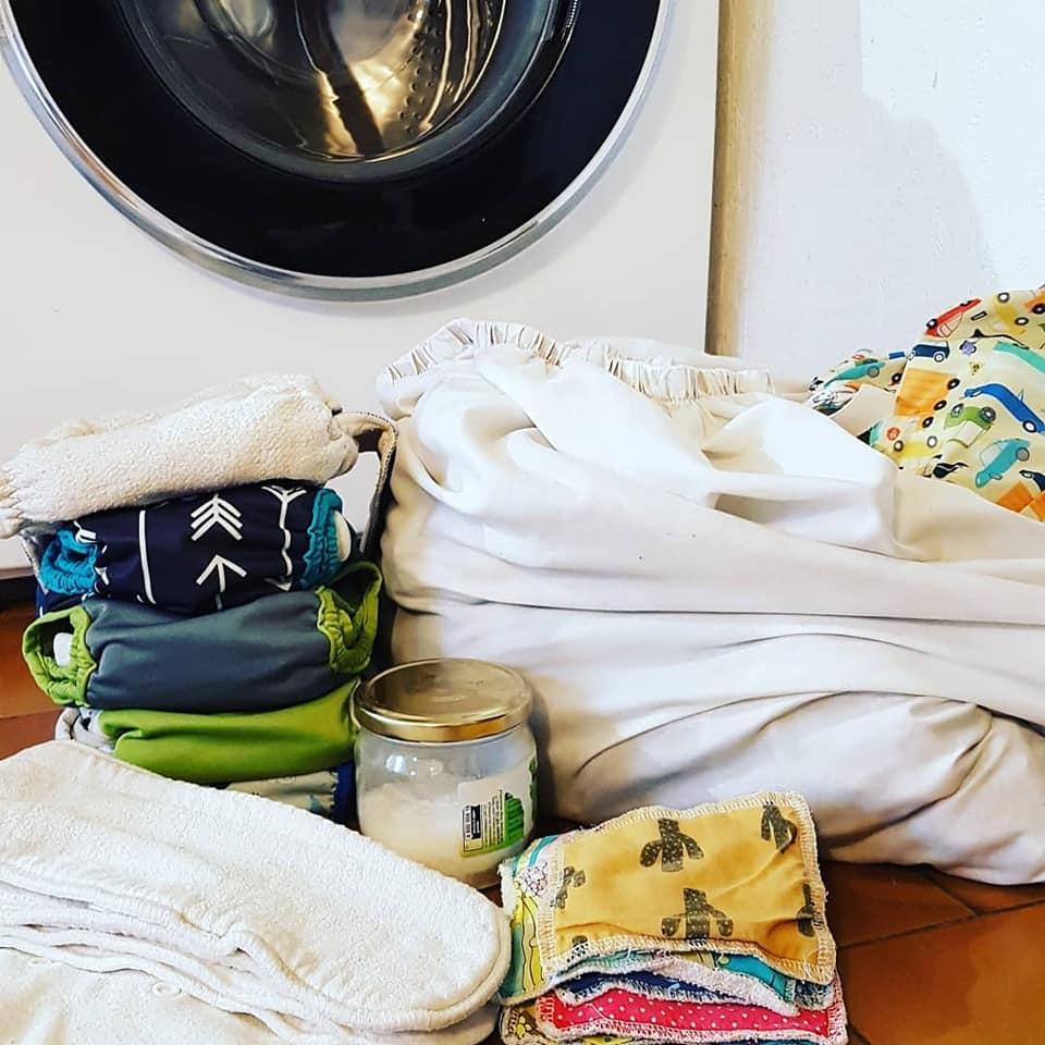 Lavage des couches lavables. Couches lavables devant une machine à laver.